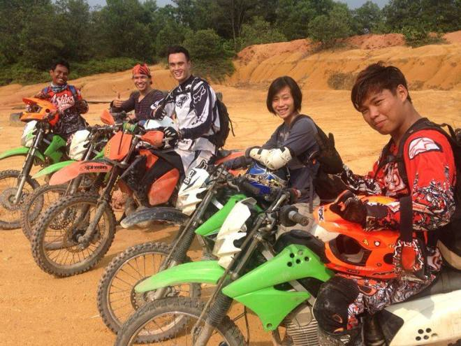 Me in the middle with the KTM, great friends and guides. =)